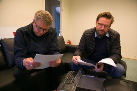MORSOMT: Bjørn-Eirik Mikkola og Ronny Røtvold leser utgavene av Haganes Tidene som har dukket opp etter nesten 40 år.
