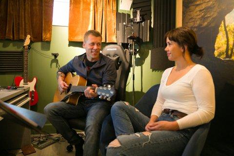 LILLANN&STEINAR: Samboerpar og duo Lillann og Steinar, klare til å samarbeide med andre musikere i band i deres nye musikkstudio i kjelleren.