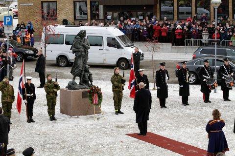 TILBAKE: Utenriksminister Ine Marie Søreide, statsminister Erna Solberg og kong Harald deltar på markeringen av at det er 75 år siden Finnmark ble frigjort fra tysk okkupasjon. Bildet viser kong Harald under den forrige markeringen i Kirkenes.