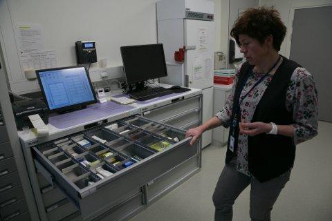 BARNESYKDOMMER: Kvalitetskonsulent Tone Bjerknes ved nye Kirkenes sykehus innrømmer at alt ikke fungerer som det skal ved det nye sykehuset. Her ved stridens kjerne, Elektronisk legemiddelkabinett.