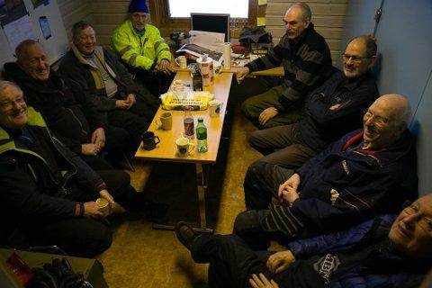 BIL-VETERANENE: Fra venstre Kjell Kurthi (71), Paul Sivertsen (72), Einar Berg (73), Kurt Røst (79)Arild Baumann (79), Ragnar Antonsen (77), Svein Olav Nilsen (77) og Harald Lysfjord (78).