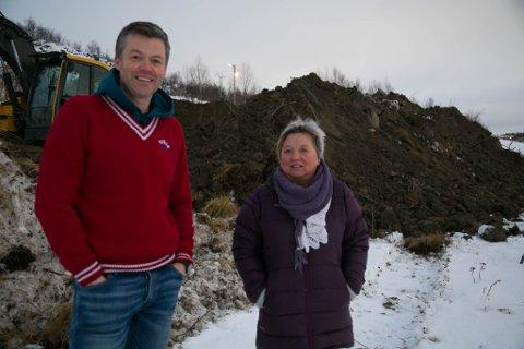 FORNØYDE: Sandnes ILs leder, Trude Mentyjærvi, og styremedlem Jonas Sjøkvist Karlsbakk. De ser fram til idrettshuset åpner til høsten.