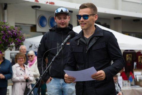 TAKK: Barents byggconsults daglige leder Dani Stenbakk takker for nyetablererprisen under Kirkenesdagene i august. Bak står Stian Andreas Hansen