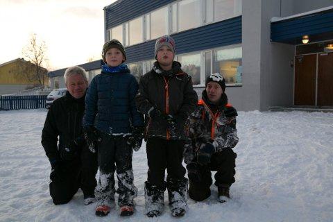 TRO: Jakobsnes velforening og Jørn Haga (til venstre) og Stig Morten Lie har håp om at andreklassingene Lucas Rasmussen (7, til venstre) og Brage Lingås-Knutsen (7) skal få fortsette å gå på Bøkfjord skole i årene som kommer også.