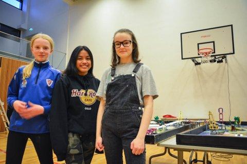 KONKURRERER: Mari Bye (13) t.v, Gjeliale Ferrer (13) og Madelen Veronica Jensen (13) skal alle delta på First lego leage for første gang lørdag i Kirkenes.