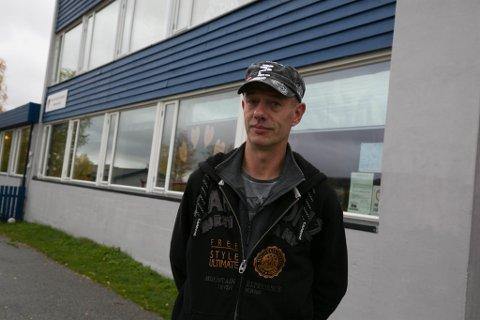 TENKER PÅ BEREDSKAPEN: Velforeningsleder Stig Morten Lie i Jakobsnes om at veien inn til bygda relativt ofte må holde stengt.