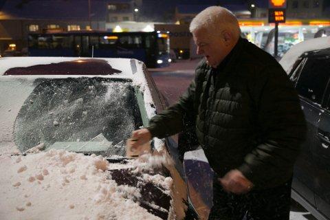 HVERDAGEN: Frode Berg skraper snø og is av bilen. - Det er godt å være tilbake i hverdagen igjen, sa han, da bildet ble tatt før jul.