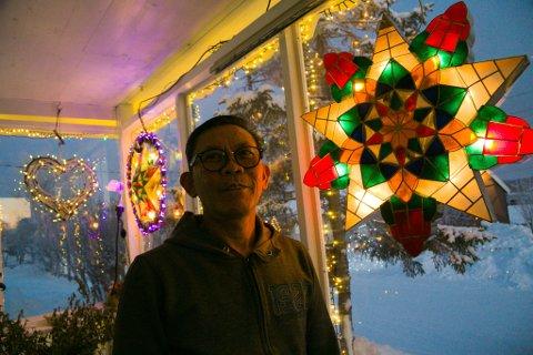 GOD JUL: Leo Iraola ønsker hvert år alle en god adventstid og jul med masse lys på husene.