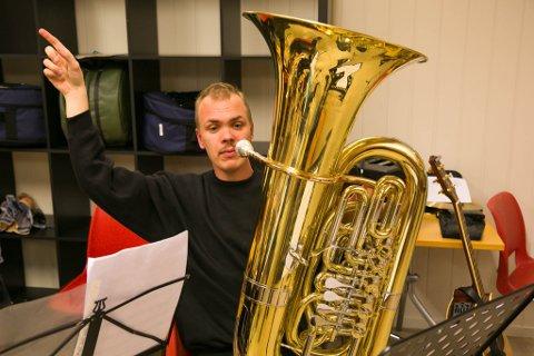 FLERE OPPGAVER: Jan Arne Stavik Karlsen er dirigent og spiller tuba i Pasvik barn- og ungdomskorps.