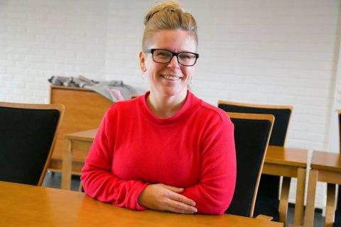 VARIERT BAKGRUNN: Theresa Haabeth Holand har jobbet i kiosk og på kafé, som bartender og pizzakokk, i skole, barnehage, helsesektoren og med turisme, for å nevne noe. Nå er hun ansatt i Samovarteateret.