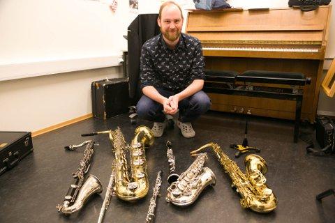 MUSIKKSAMLING: Bassklarinett, barytonsaksofon, fløyte, obo, altsaksofon, tenorsaksofon og klarinett er bare noen av instrumentene Kristian Melby Nilssen kan blåse i og få vellyd fra.