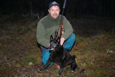 JEGER: KLaus Berger er klar. Med våpen og elghunden Stella.