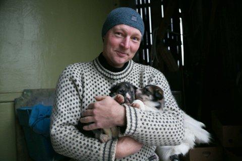 FRAMTIDEN: Disse hundene skal kjøre 1200-mila i Finnmarksløpet noen år. Med Arne Liaklev bak spannet. En av dem kan få navnet Reidar, etter Arnes gammelonkel.