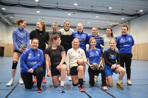 AKTIV: Damene er en god blanding av tidligere veteraner, GSV og jenter som aldri har tatt i en håndball tidligere.