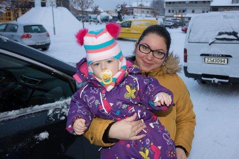 UENIG: I dag er parkeringen i Kirkenes gratis, men kommunen vurderer gebyr for å stå over flere timer. Iya Lindanger (33) synes dagens parkeringsregime fungerer godt. Hun er skeptisk til tanken på å kreve penger av bilister som jobber i byen.