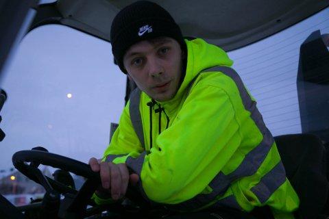 LIKER JOBBEN: Jørgen Nilsen Jerijärvi stortrives som brøytebilsjåfør. Han har travle dager i vintermånedene.