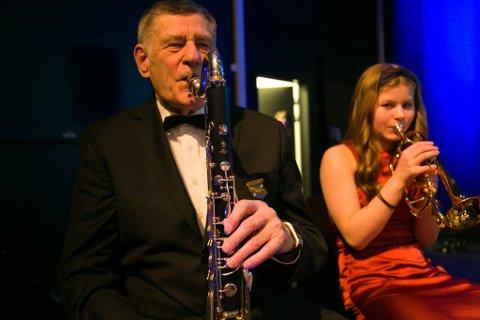 SPILL: Finn Larsen spiller bassklarinett og Ada Ulvang kornett i Kirkenes hornmusikk. Lørdag var årets store happening, med nyttårskonserten.