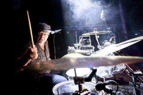 TROMMIS: Erlend Gimse er Trommeslager med stor T. Han har traktert trommene i et utall band fra Sør-Varanger. Her under Grenseløsfestivalen.