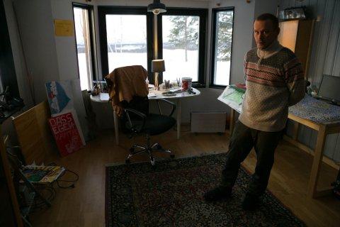 HJEMME: Mikael Arvola håper å klare å berge huset før han er ferdig med å betale regningene etter hotellkonkursen.