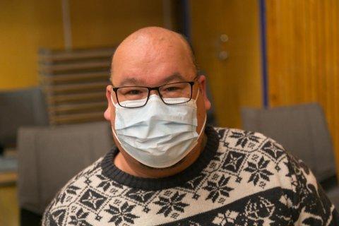 VENTER: Mads Abrahamsen måtte vente i 15-20 minutter etter at vaksinene er satt.