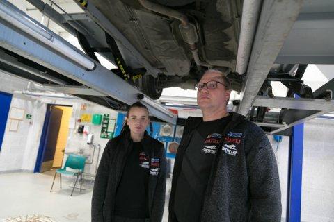 UTBYTTE: Helene Pettersen og Lasse Ryeng ved Sør-Varanger bilteknikk mener de fikk godt utbytte av kurset.