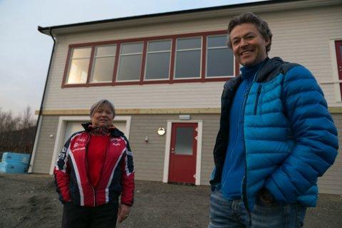 STOLT: Leder Trude Mentyjærvi og styremedlem Jonas Sjøkvist Karlsbakk i Sandnes IL er kjempefornøyd over det nye idrettshuset.