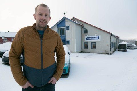 KJØP: Yngve Labahå og Kirkenes Bil ga 6,5 millioner kroner for Sundquist-bygget i bakgrunnen.
