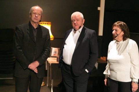 BOK: Forfatter Morten Jentoft (til venstre) sammen med Frode og Anita Berg.