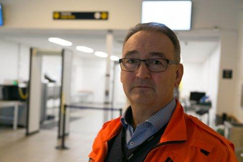 ALVOR: Lufthavnsjef Rell E. Kjølås ved Kirkenes lufthavn sier de tar smittevernet på alvor. I sikkerhetskontrollen har det kostet rundt millionen.