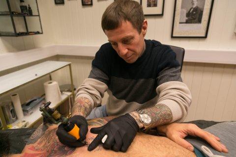 KUNST: Aaron O`Leary konsentrerer seg for å gjøre tatoveringen så fin som mulig.