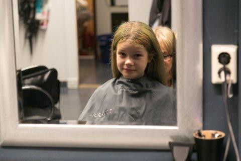 DONERER: Ariane Alexeeva Lundlie klar for å bli klipt og donere hår.