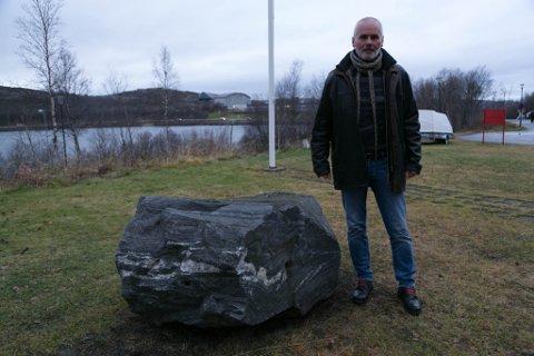 STEINEN: Malmsteinen fra Gråbergaksjonen i Oslo for snart 35 år siden skal få sin plass utenfor Grenselandmuseet. Stein Larsen var med på aksjonen. Nå oppretter han nettstedet redcliff.no for å skrive om Nordens Klippes aktiviteter på 1980-tallet.