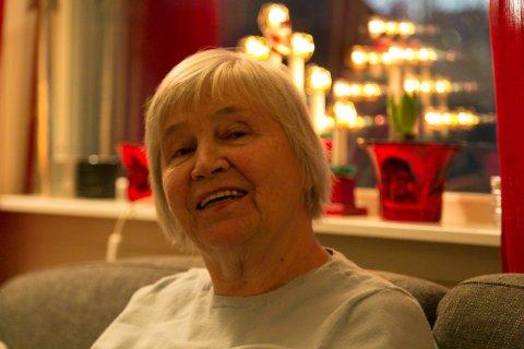 HJEMMESALG: Torgunn Elise Dahl må selge strikkejuletøyet sitt hjemmefra. Hun tror hun får solgt ganske mye.