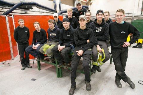 SVEISEKLAR: Kim Roar Dørmænen (17 fra Bugøynes) er klar for sveiseoppdrag, sammen med Robin Stegavik (Jakobsnes, 18), Ludvig Vian (18, Vadsø), David Berg Store (17, Varangerbotn), Preben Stokvold Jenssen (17, Kirkenes), Ole Iversen (17, Kirkenes), Niklas Andersen (17, Vadsø), Johan Ande Margit (17, Nesseby), Sindre Finnestrand (18, Berlevåg), Daniel Aleksandersen (18, Berlevåg), Kristin Terli Nystad (18, Hesseng), Dani Nystad Hoxaj (18, Vadsø), Gabriel Kristiansen (17, Vardø) og Even Dervola (18, Bjørnevatn).