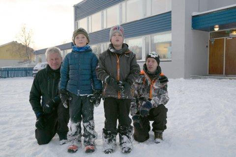 KJEMPET FØR: Jakobsnes velforening og Jørn Haga (til venstre) og Stig Morten Lie har kjempet før for å bevare oppvekstsenteret på Jakobsnes. Her sammen med Lucas Rasmussen og Brage Lingås-Knutsen, som begge nå er åtte år.
