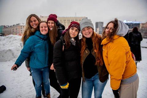 FOLK-TIL-FOLK: Cecilia, Vilma, Julia, Vika, Anna Oline and Liza fra Pasvik folkehøgskole og Skole 31 i Murmansk.