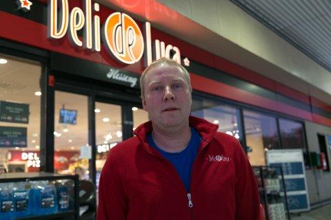 PRIS: Det foregår en priskrig mellom de forskjellige bensinstasjonene i Norge, men det blir ikke snakk om drivstoff-priser på mellom 25 og 30 kroner, sier Pål Thoresen i Esso Deli De Luca.