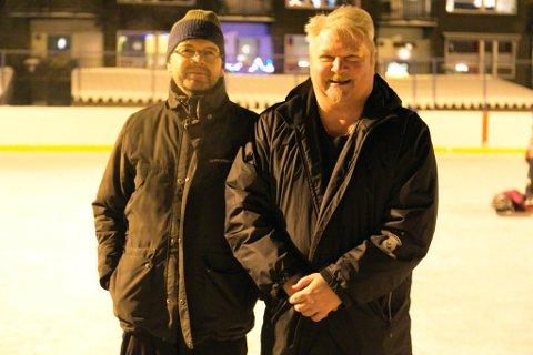 SMILER: Det er artig å drive på med ishockey i Kirkenes Puckers for tiden, sier Claus Bergersen (til venstre) og William Sjøstrand. Nå er de av iFinnmarks lesere kåret til årets finnmarkinger.