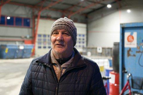 STYRELEDER: Leif Astor Bakken er styreleder i ØFAS og ser fram til å få realisert det nye gjenbruksanlegget. Her i dagens anlegg, som han mener ikke er bra for de ansatte.
