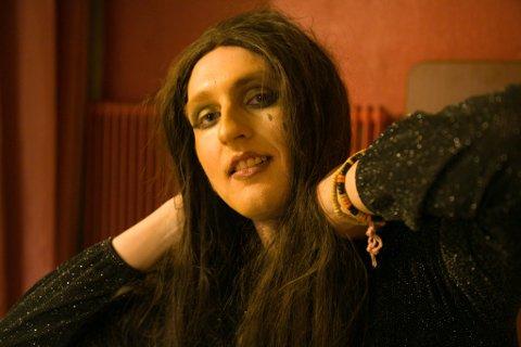 NERVØS: Mads Aadahl var litt nervøs, men følte seg hjemme både på scenen og som dragartisten Miss Scorpio.