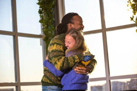 KLEM: Tshawe Baqwa var eneste Idol-dommer til stede under audition i Henningsvær. Etterpå vanket det klem med Signe, som var videre. Nå er hun inne blant de siste 20.