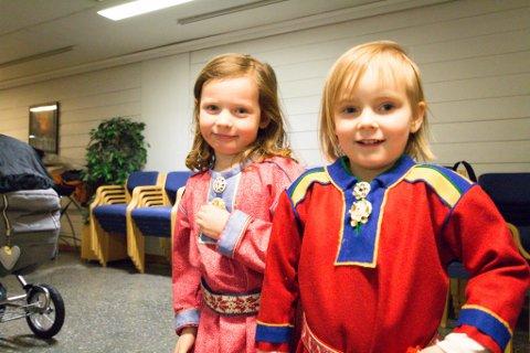 PÅ PLASS: Ellie (4) og Andrea (4) var fint kledd under Samefolkets dag.
