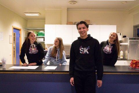 ENGASJERT: Martin Tjelde Haga (18) får hjelp av grussegruppen fra Kirkenes VGS bestående av Linn Therese Pedersen (t.v), Frida Pedersen og Silje Henninen for å arrangere arrangementet for ungdommen.