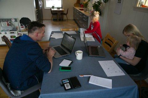 FAMILIE: Alle har hver sine oppgaver i familien Jenset-Skogan, også når skole og barnehage er stengt og de må være hjemme.