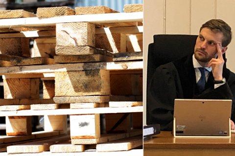 Er paller et bygningsmateriale til hytte? Det var et sentralt spørsmål i rettssaken, her med dommer Tobias Solli Arnøy.