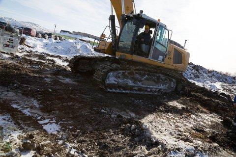 ÅPNET: Ordfører Rune Gjertin Rafaelsen i gravemaskina åpnet byggeprosjektet på Skytterhusfjellet 27. mars i fjor.