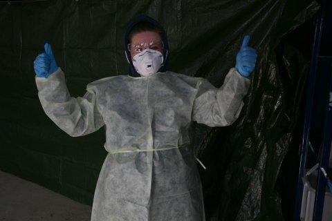 KLAR: Susanne Kristiansen klar for å teste de som kommer innrom den Drive-In testestasjonen.