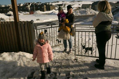 VELKOMMEN: Maren-Anna Syversen Prøitz og ungene Ellie (foran 3) og Hedda (1) ønskes velkommen i barnehagen av pedagogisk leder Henriette Fagerborg.