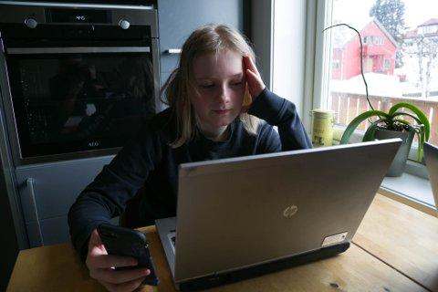 TRIVES: Elleve år gamle Ida Torgersrud Skogan går i sjetteklasse ved Kirkenes skole. Hun har trivdes med hjemmeskole, men gleder seg til å komme seg på skolen igjen. Det vil ta noe tid.
