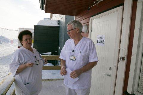 STRENGT: Ifølger avdelingsleder Geir Braathu ved Kirkenes sykehus, er tiltakene strengere her enn de som kommer fra Folkehelseinstituttet. Hygienesykepleier Anita Brekken har vært med på innredningen.
